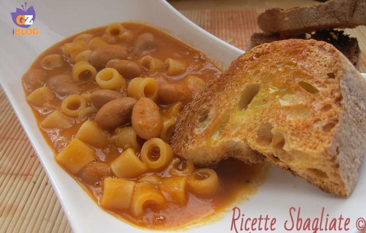Pasta e fagioli, con i crostini di pane quasi un piatto unico!