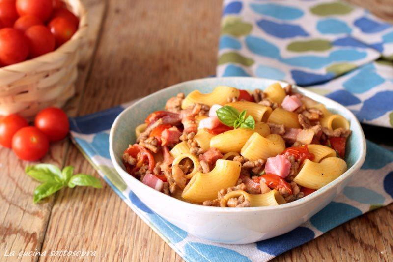 Pasta con carne pancetta e pomodorini
