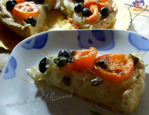 Rustico con cipolle, pomodori e olive nere