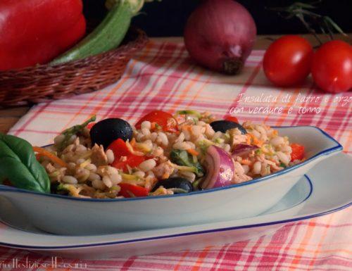 Insalata di farro e orzo con verdure e tonno
