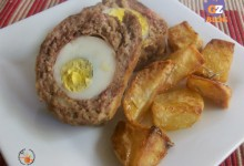 Polpettone farcito speck e uovo con patate al forno – ricetta secondo gustoso