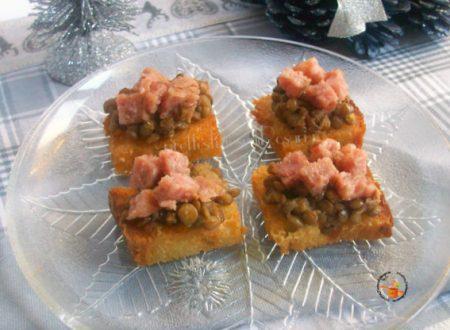 Lenticchie e cotechino su pane fritto