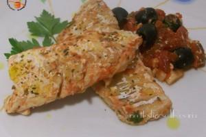 Filetti di merluzzo al pomodoro e olive nere