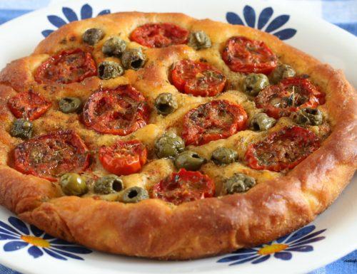 Focaccia con pomodorini e olive verdi