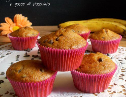 Muffin soffici con banana e gocce di cioccolato