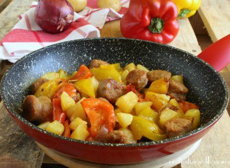 Salsicce peperoni e patate in padella