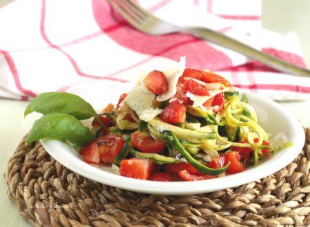 Insalata di spaghetti di zucchine con fragole