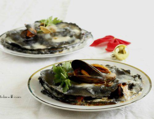Lasagnette nere con stracciatella e frutti di mare