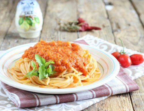 Spaghetti con sugo di croste di parmigiano