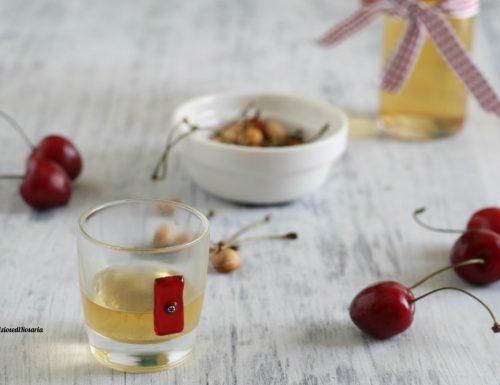 Liquore con noccioli di ciliegia