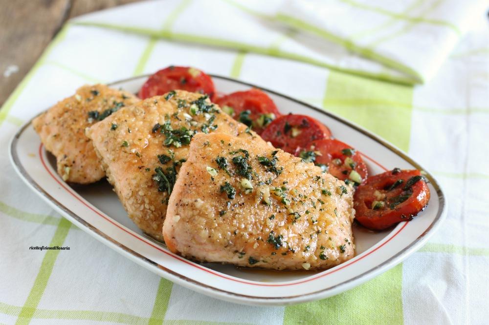 tranci di salmone con pomodori
