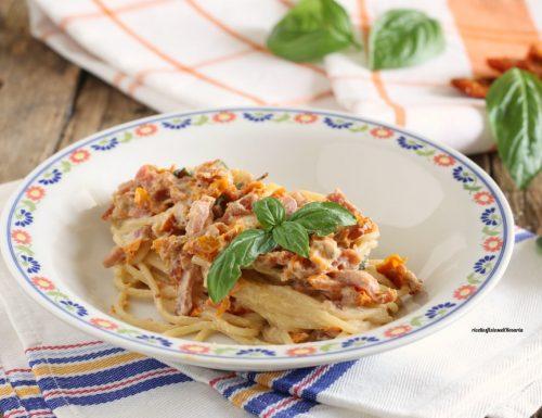 Spaghetti con speck, pomodori secchi e philadelphia
