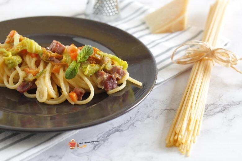 spaghetti con prosciutto e fiori di zucca