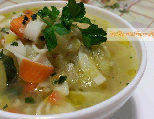 Zuppa di cappuccio con surimi e verdure (127 calorie)