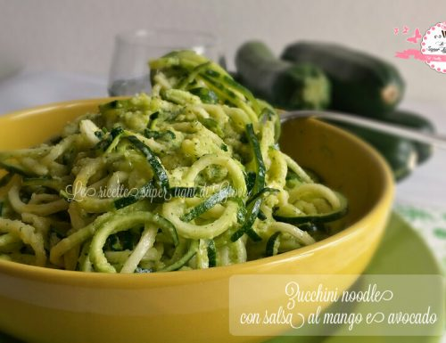 Zucchini noodle con salsa al mango e avocado – ricetta crudista (170 calorie)
