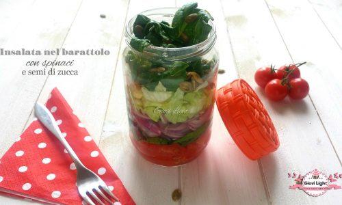 Insalata nel barattolo con spinaci e semi di zucca