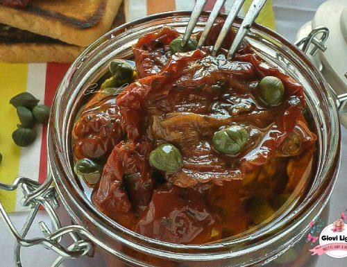 Pomodori secchi sott'olio con capperi e aglio