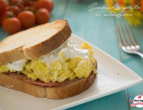 Sandwich light di uova strapazzate e salsa allo yogurt