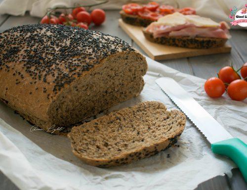 Pagnotta di segale all'olio d'oliva con semi e sesamo nero