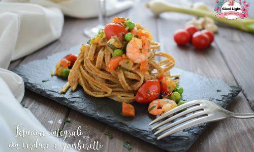Fettuccine integrali con verdure e gamberetti