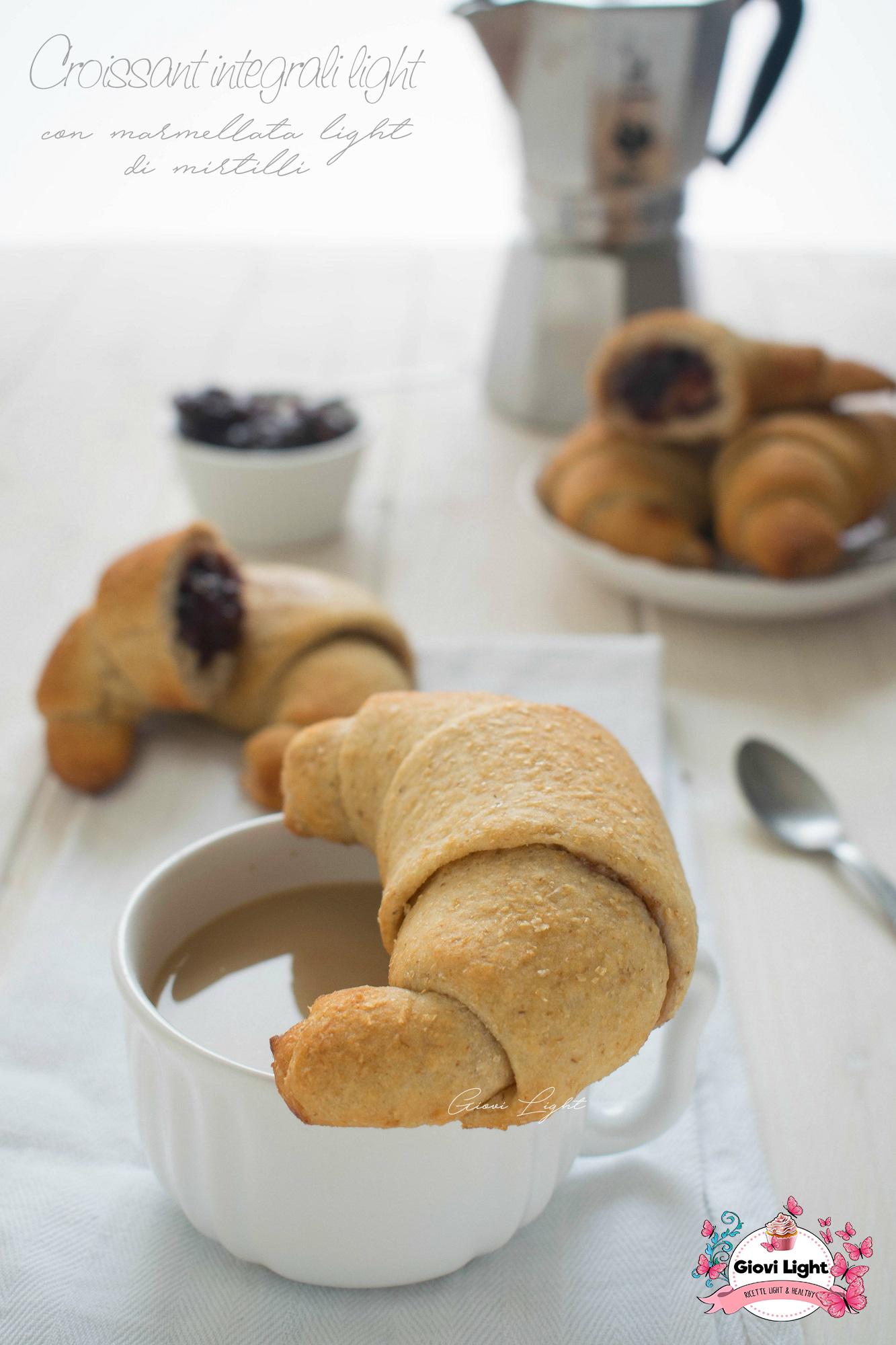 Croissant integrali light con marmellata light di mirtilli