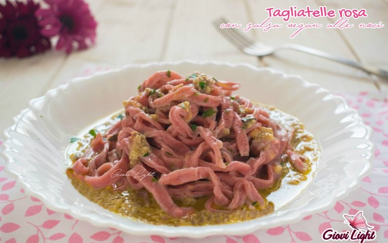 Tagliatelle rosa con salsa vegan alle noci
