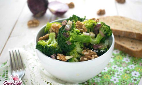 Insalata light di broccoli con cipolla e noci