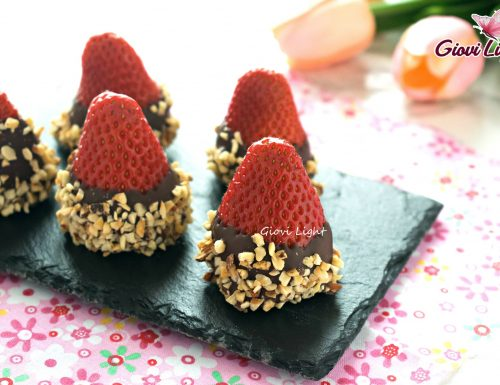 Fragole golose con cioccolato e nocciole
