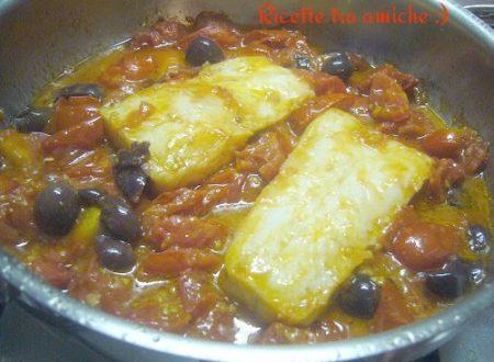 Merluzzo con pomodori e olive nere