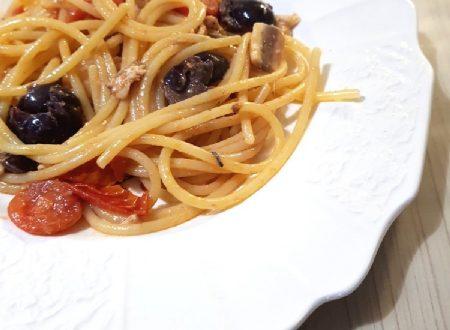 Spaghetti alici pomodorini e olive nere