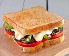 Toast vegan di melanzane, zucchine, pomodori e mozzarisella