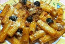 Tortiglioni rossi con olive nere e salsiccia