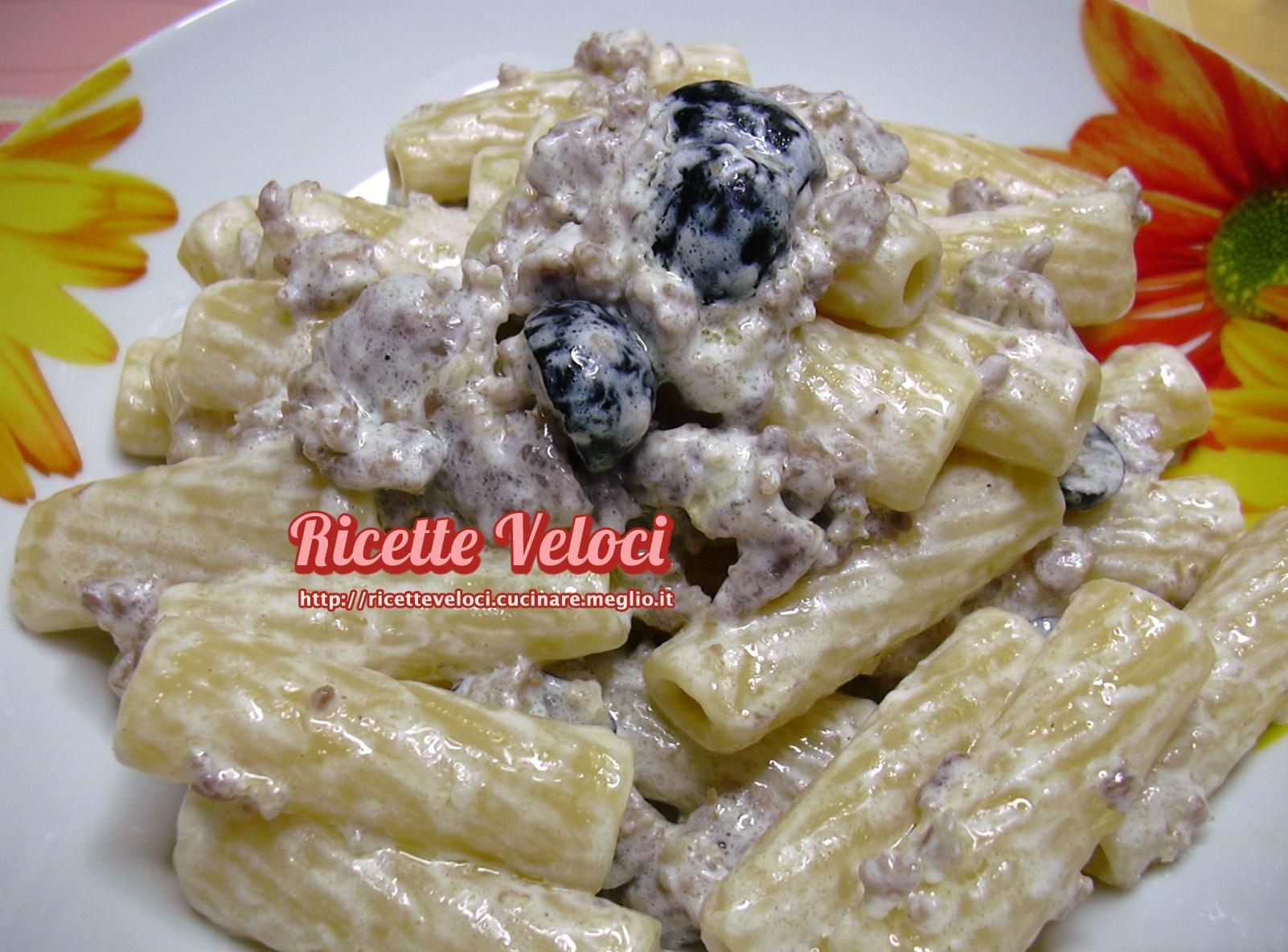 Tortiglioni con salsiccia olive e panna ricette veloci for Primi piatti veloci e gustosi