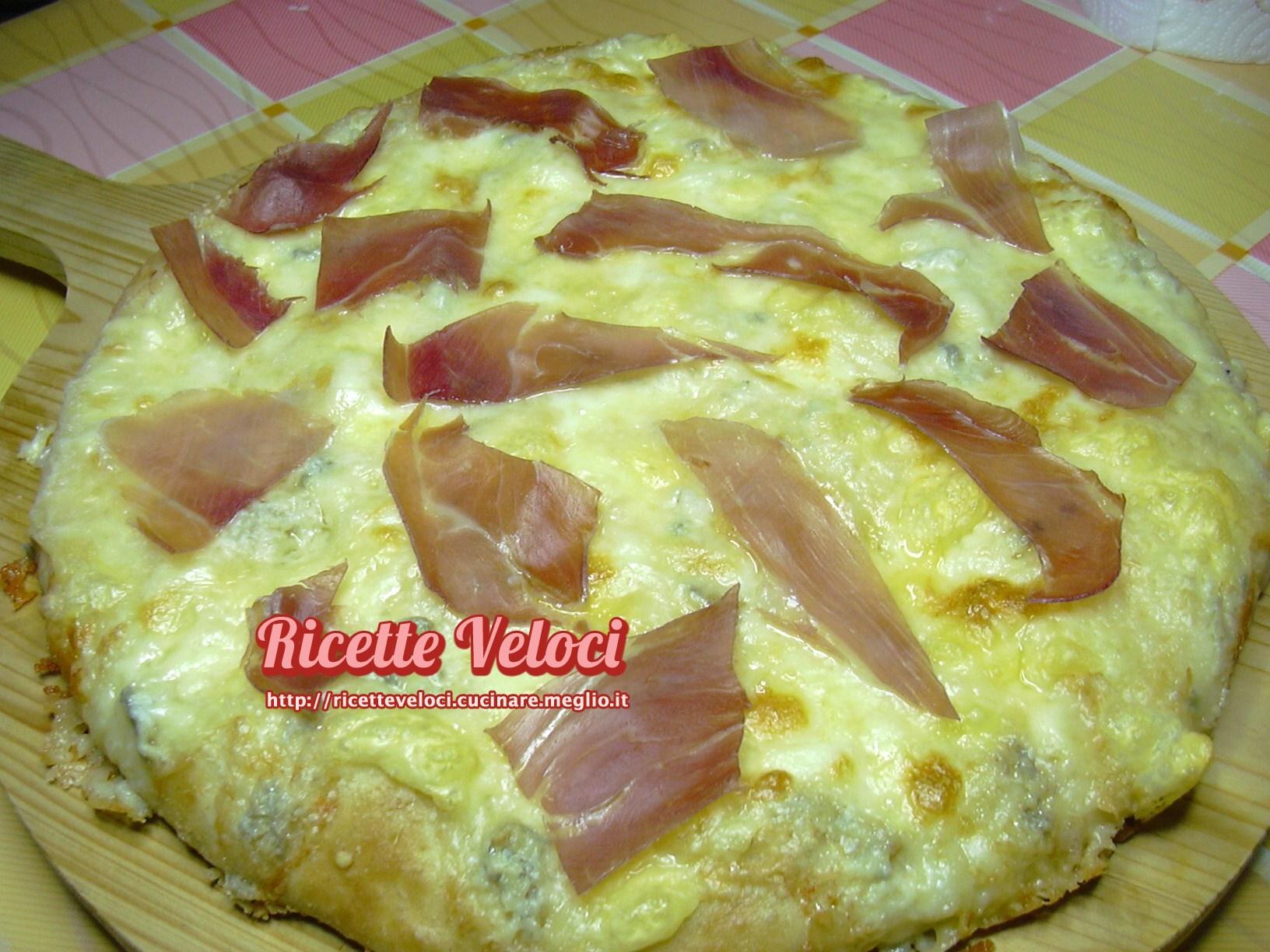 Pizza ai quattro formaggi con prosciutto crudo