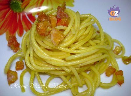 Spaghetti con pancetta croccante, cipolla rossa e zafferano