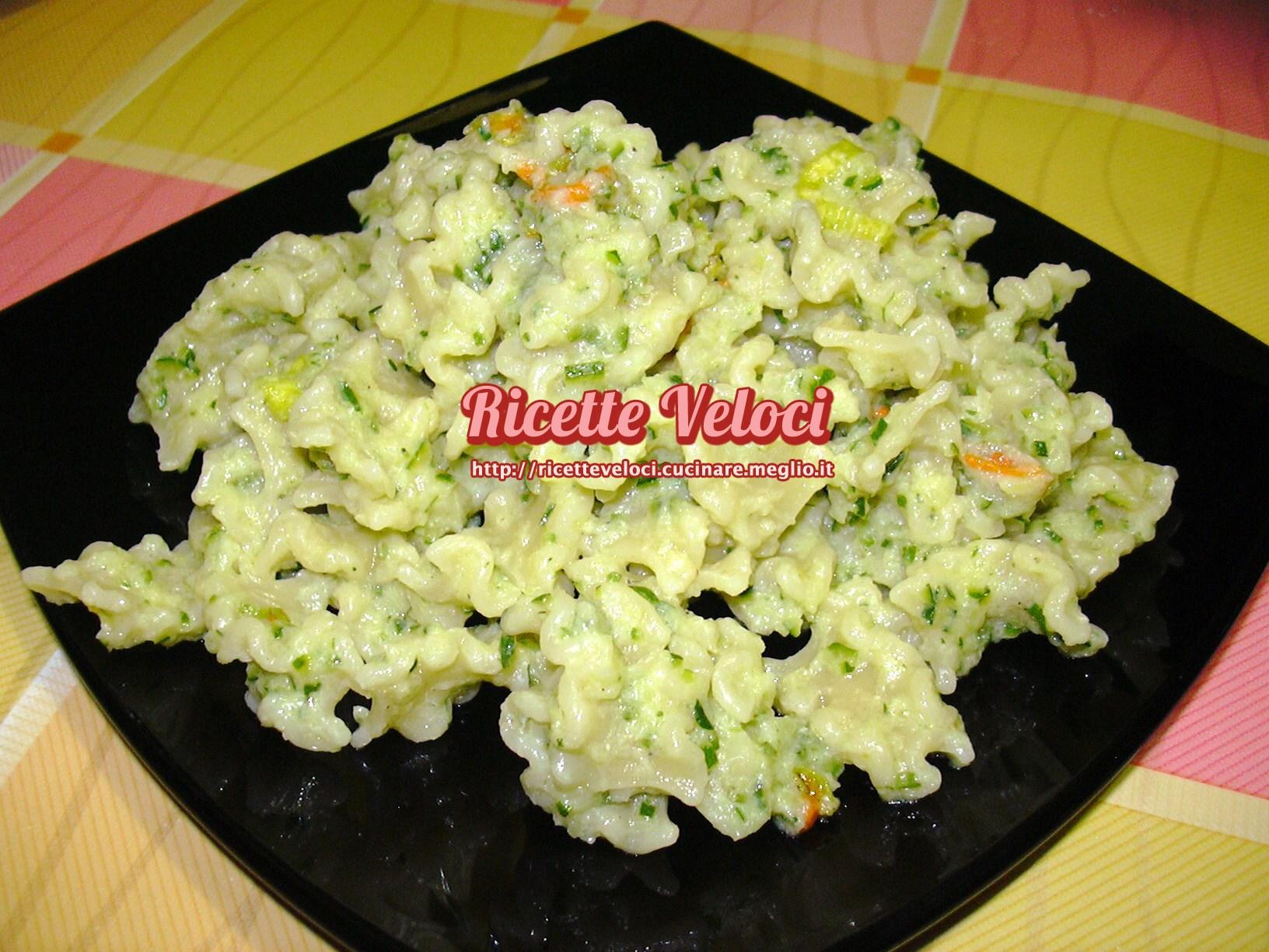 Mafalde con crema di zucchine alla menta e fiori di zucca