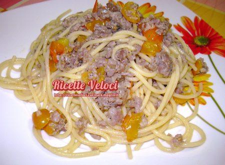 Spaghetti con salsiccia, cipolla di Suasa e pomodorini gialli