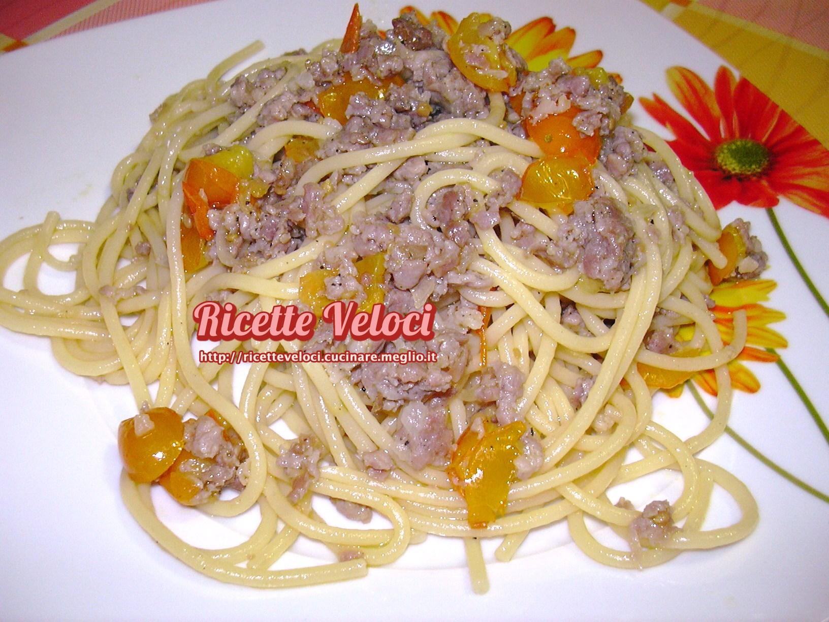 Spaghetti con salsiccia cipolla di suasa e pomodorini gialli