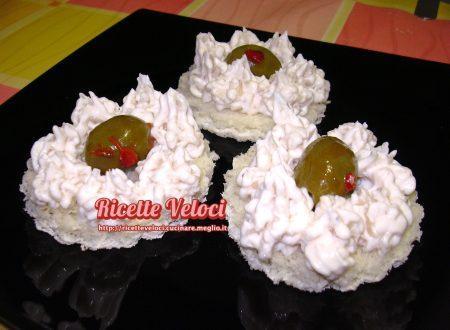 Tartine con mousse di robiola e cipolla caramellata