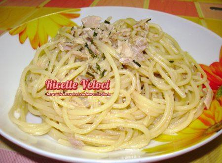Spaghetti con tonno, limone ed erba cipollina