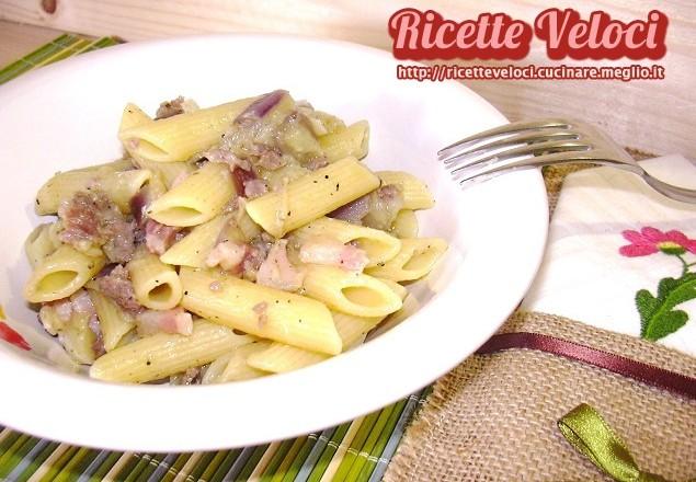 Pasta con melanzane, pancetta e salsiccia