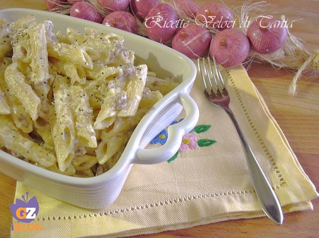 Pasta con salsiccia, cipolla e panna