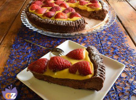 Crostata al cacao con crema e fragole