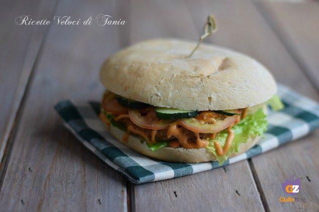 Hamburger saporito con erbe aromatiche e spezie