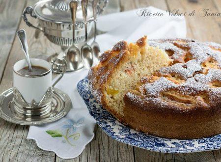 Torta soffice con pesche e albicocche