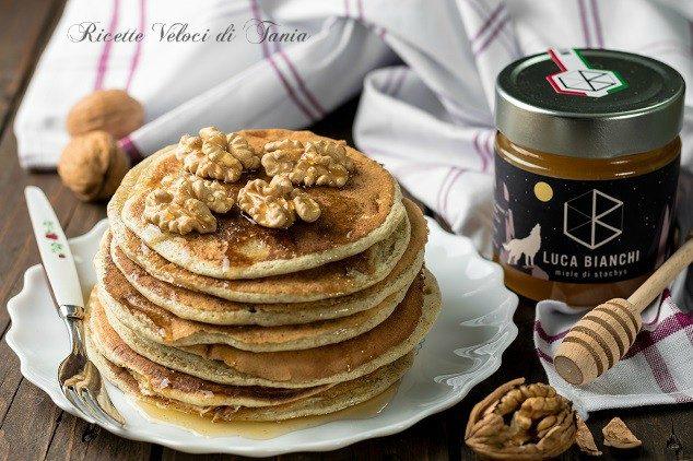 Pancakes integrali con miele stachys e noci