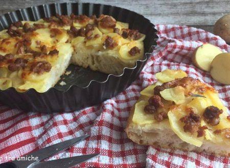 Focaccia con patate e salsiccia