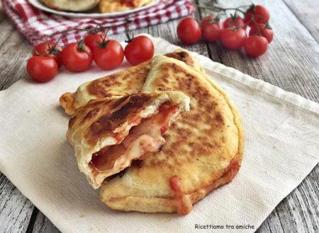 Calzoni in padella con pomodoro e mozzarella