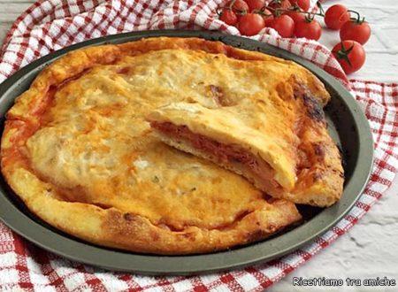Focaccia con pomodoro prosciutto cotto e mozzarella