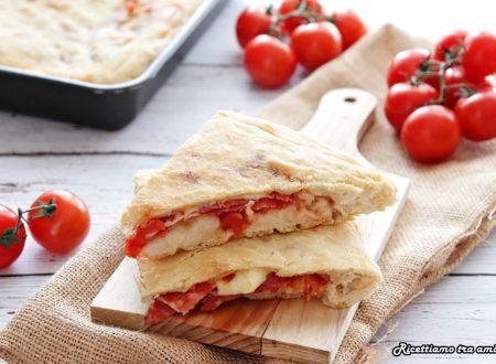 Focaccia con pomodoro mozzarella e ventricina
